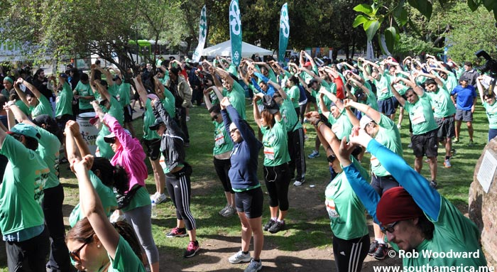 corre la vida run - doing warm-up exercises bend right